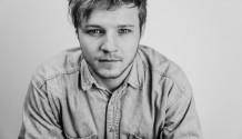 Thom Artway vzdává písní Anděl poctu Karlu Krylovi i 30. výročí sametové revoluce.