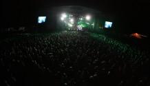 Koncertní lavina Kasabian strhla přes 18 tisíc fanoušků na O2 Open Air Festivalu (TZ)