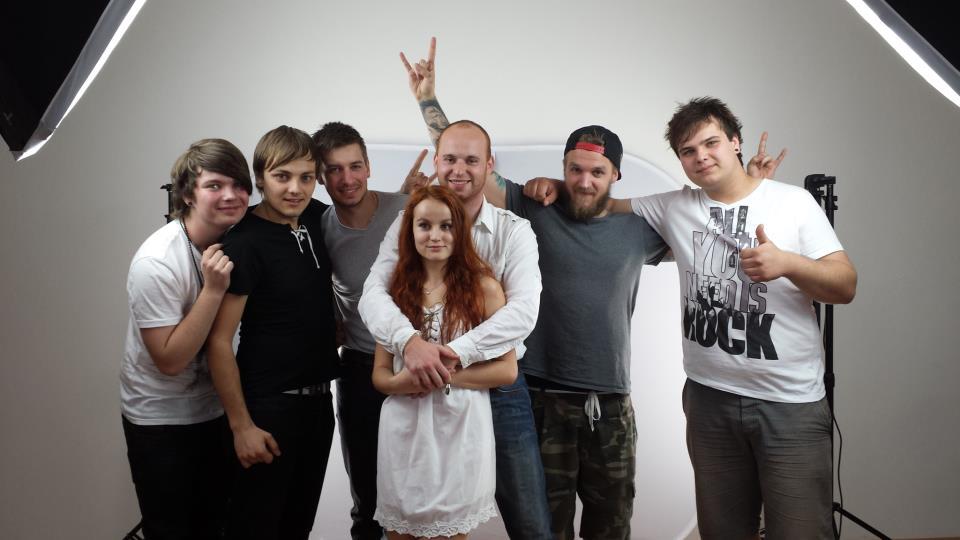 Kapela SÁM SEBOU vydala videoklip k singlu DIEVČA CEZ INTERNET