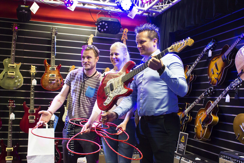 Honza Homola ze skupiny Wohnout vydražil svou kytaru!