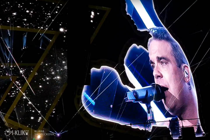 Robbie Williams předvedl Praze, že on i jeho vystoupení mají koule!