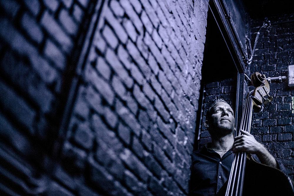 Geniální kontrabasista Avishai Cohen se vrací do Prahy. V prosinci odehraje exkluzivní koncert ve Foru Karlín!