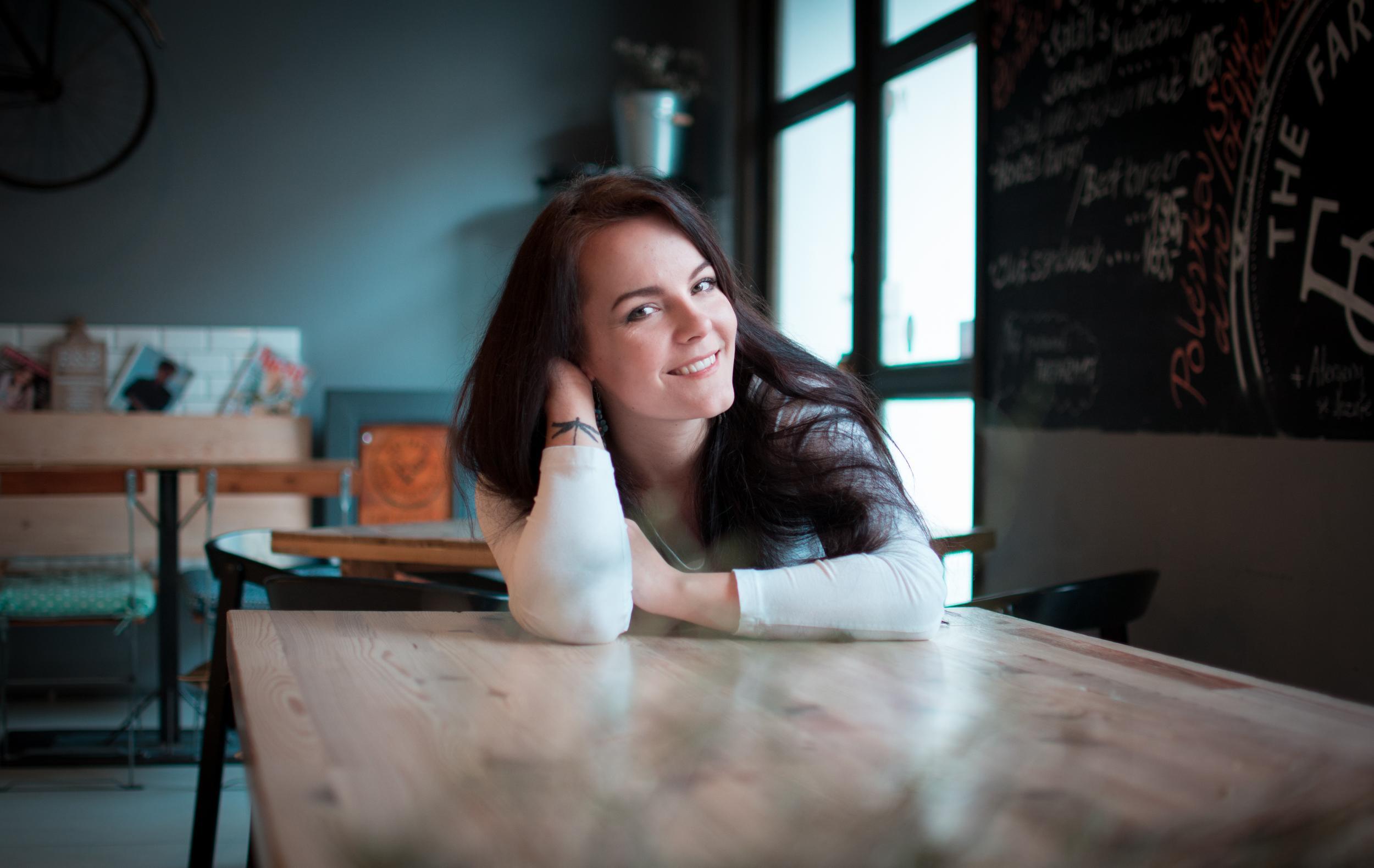 Písničkářka Veronika Wildová představuje skladbu a klip Krásnější ženy!