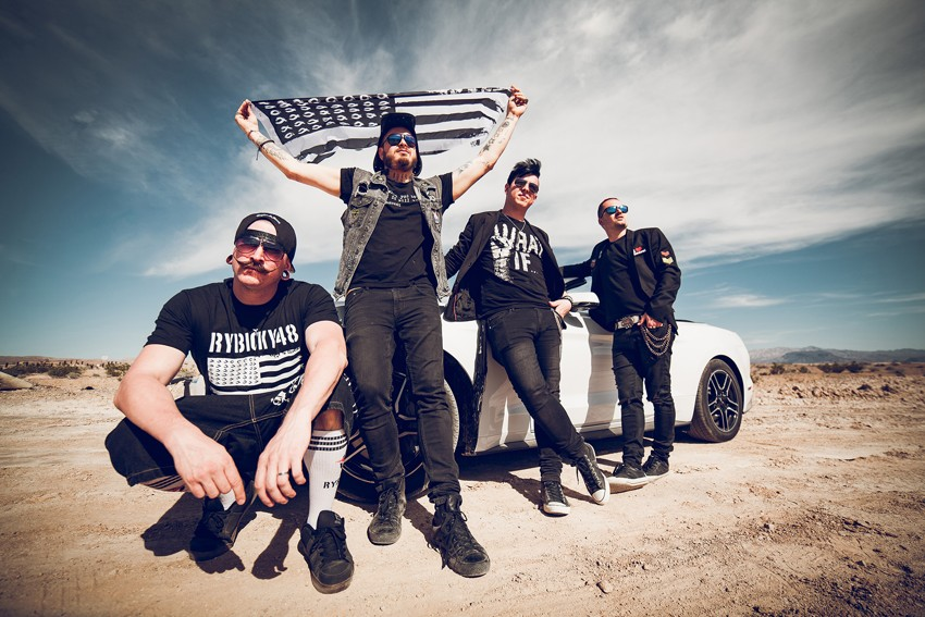 Kapela Rybičky 48 si ze Spojených států přivezla klip k nové skladbě Američan z Poličan