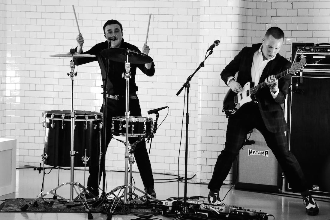 Punkrockoví divočáci Slaves vystoupí na narozeninách ROXY
