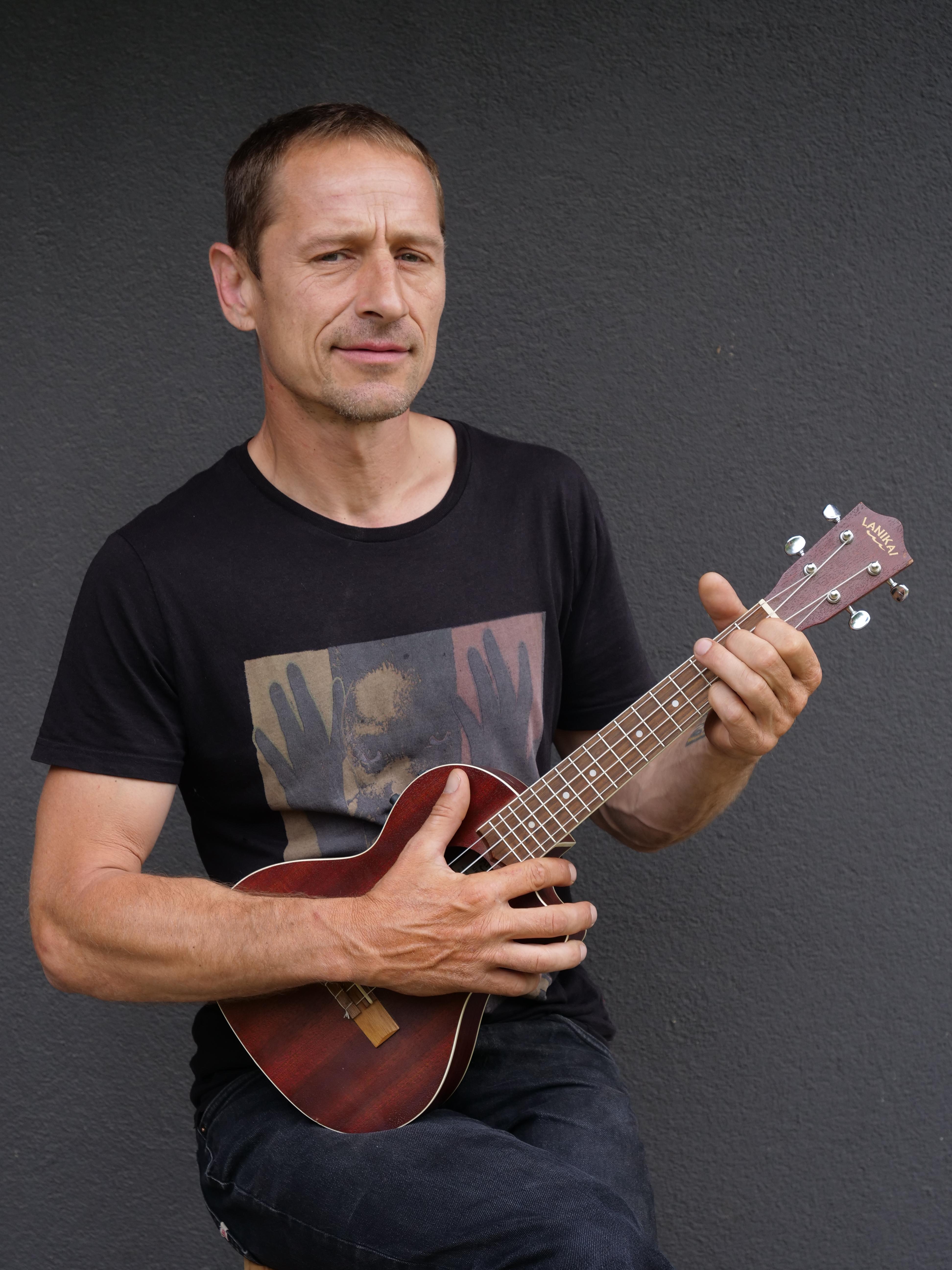 Matěj Homola z Wohnoutů napsal učebnici, jak se naučit hrát na ukulele